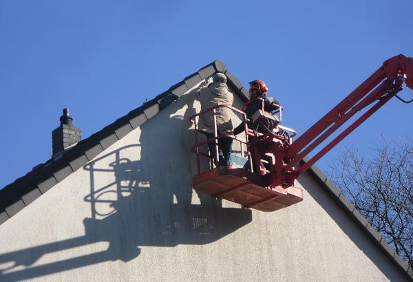 Baumpfleger bei der Anbringung einer Fledermaus-Wandschale 2FE (c) Biologische Station Hagen e.V.