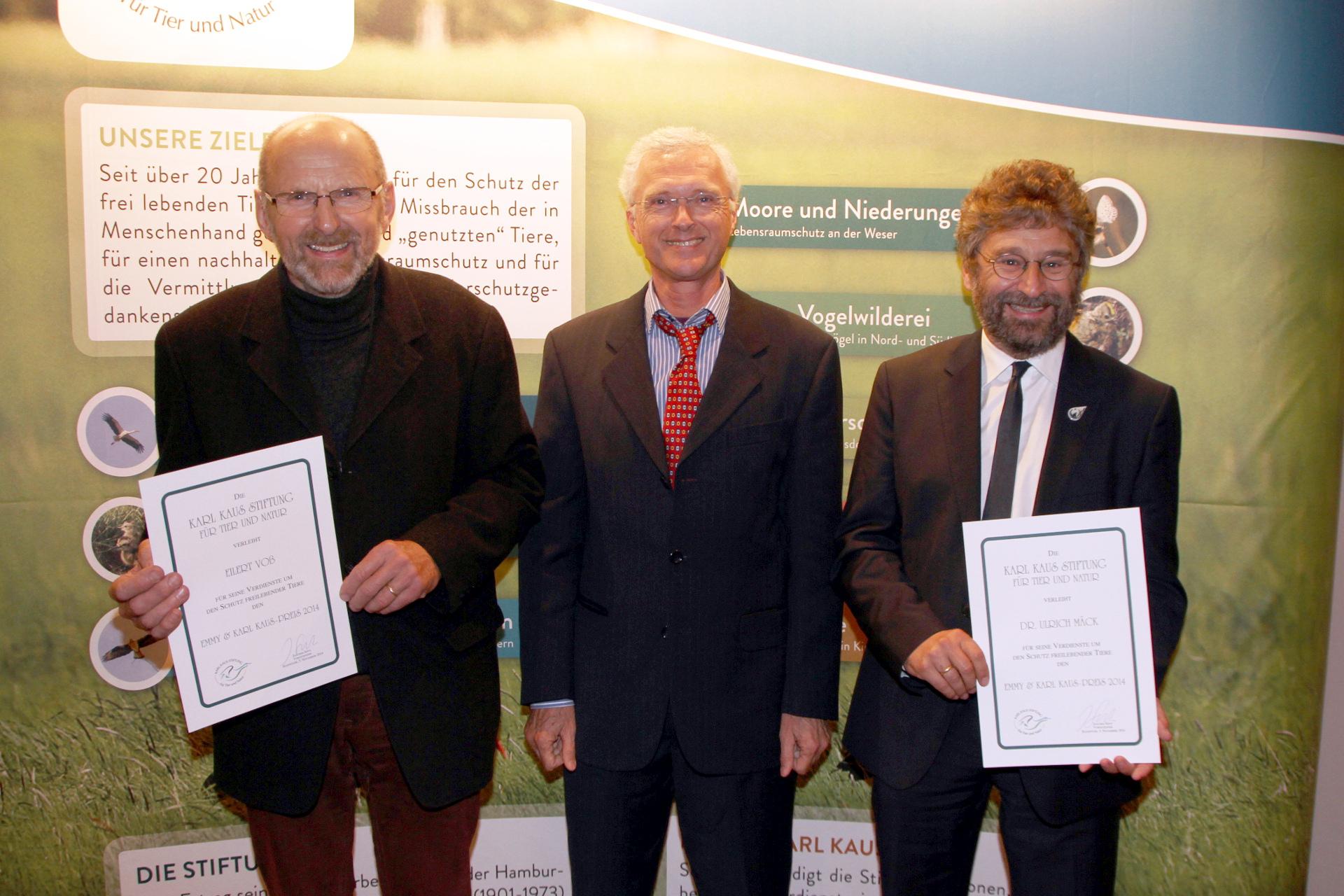 Der Vorsitzende der Stiftung Joachim Seitz (Mitte) überreicht den Emmy & Karl Kaus-Preis 2014 an Eilert Voß (links) und Dr. Ulrich Mäck (rechts)